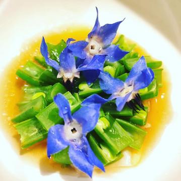 Fagiolini, vongole affumicate, fiori di borragine.
