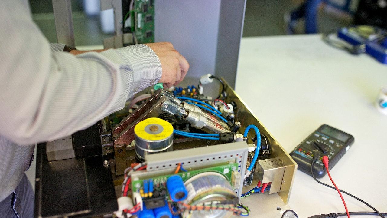 Laboratory-equipment-service-1280x720 se