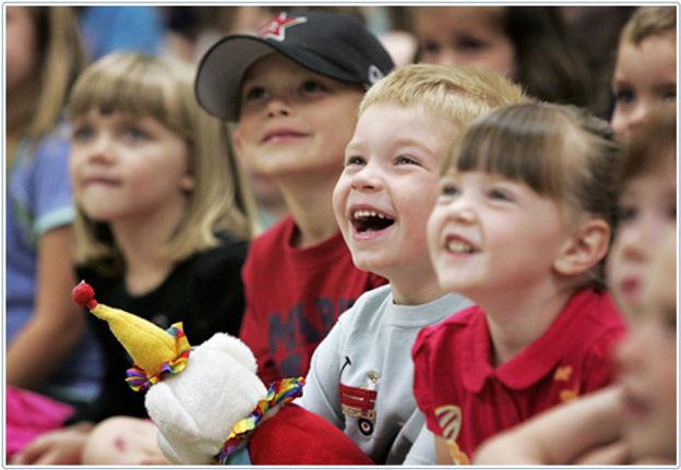 kids-laughing-magician.jpg