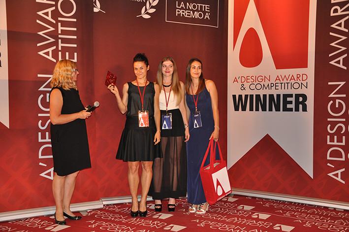"""la premiazione del concorso di Design """"A' Design Award&Competition"""" : serata di gala sul lago di Como. Alessandra Meacci ritira il premio nella categoria """"Furniture, Decorative Items and Homeware Design Award Category"""""""