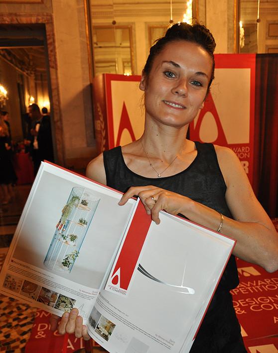 """Alla serata di premiazione del concorso di Design """"A' Design Award&Competition"""" sul lago di Como Alessassandra Meacci mostra il progetto Bolina, che ha vinto la categoria """"Furniture, Decorative Items and Homeware Design Award Category"""""""