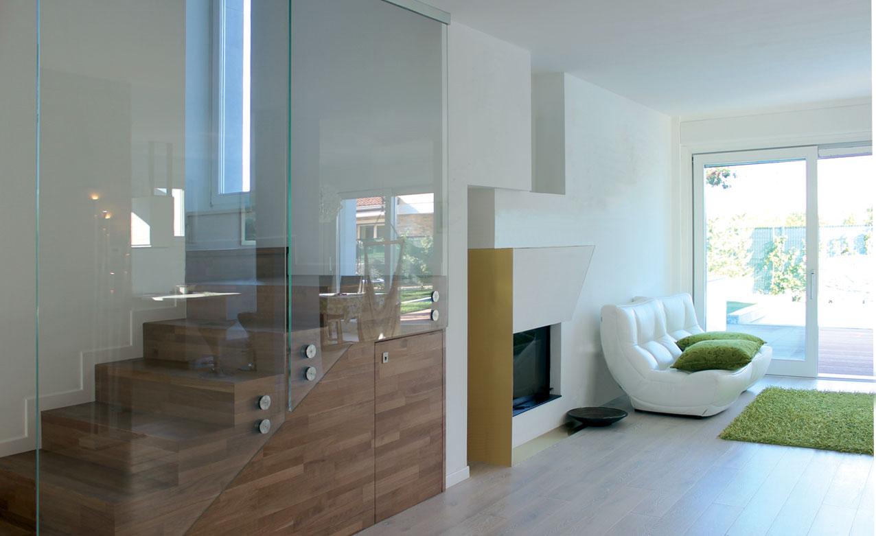 soggiorno-caminetto-legno-scale