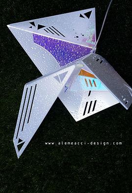 lampada da tavolo in stile origami design, che grazie al Radiant proietta una luce colorata nel soggiorno