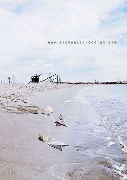 il mare d'inverno in Toscana. sulla spiaggia gli elementi per il wall decor Falling Leaves, in plexiglass