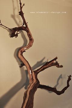 dettagli in stile shabby chic: un tronco di vite secco  che diventa una lampada di design