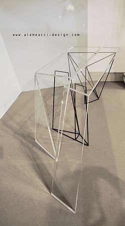 consolle in stile minimal con i piani in cristallo e la base in tondino metallico nero , adatta per ingressi luminosi o per arredare un soggiorno moderno