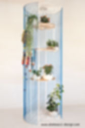 a room divider with a circular base: the stringshelf became a vertical garden