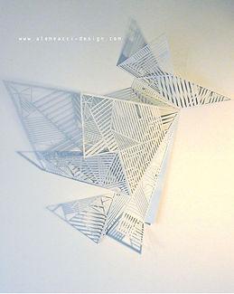 lampada da parete in stile origami design, che proietta una trama di luci ed ombre sulla parete