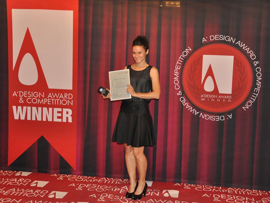"""Premiazione del concorso di Design """"A' Design Award&Competition"""" durante la serata di gala sul lago di Como. Alessandra Meacci ritira il premio nella categoria """"Furniture, Decorative Items and Homeware Design Award Category"""""""