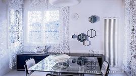 interni luminosi di design: il soggiorno  arredato con una palette sui toni del bianco e dell'azzurro, con pochi tocchi neri, e una parete attrezzata con i pensili esagonali