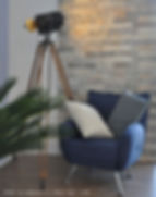 la scala ha un design semplice ed elegante:le tavole di legno rivestono gli scalini con una lavorazione ad angolo vivo; il parapetto è in tondini bianchi a tutta altezza.