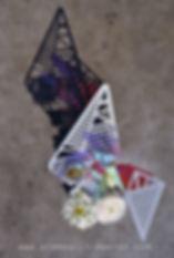 vasi moderni con una superficie in radiant che rilette e moltiplica i fiori, creando un effetto caleidoscopio
