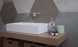 bagno-rivestimento-gres-esagonale
