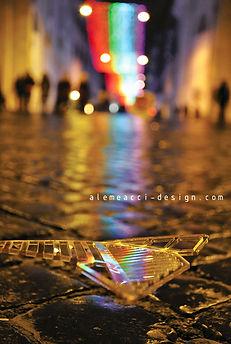 le luci di Natale a Roma sullo sfondo, glie lementi deocrativi in plexiglass per decorare le pareti  riflettono le luci color arcobaleno