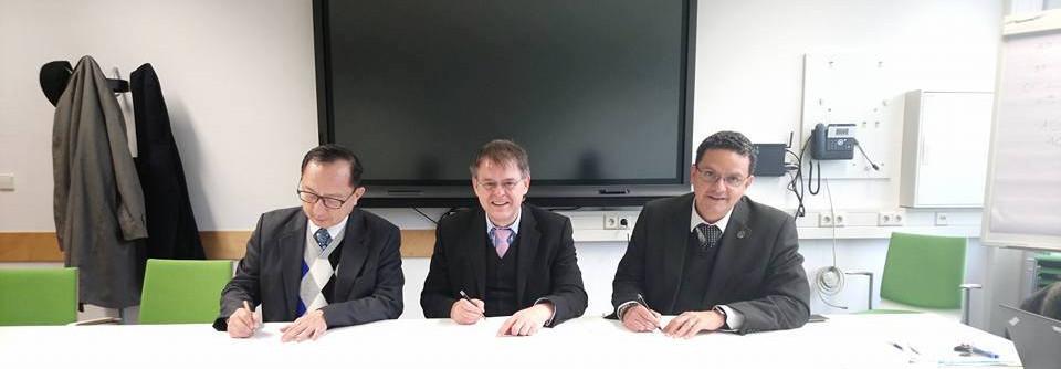 跨洲學程三校主任於三校主任會議簽字