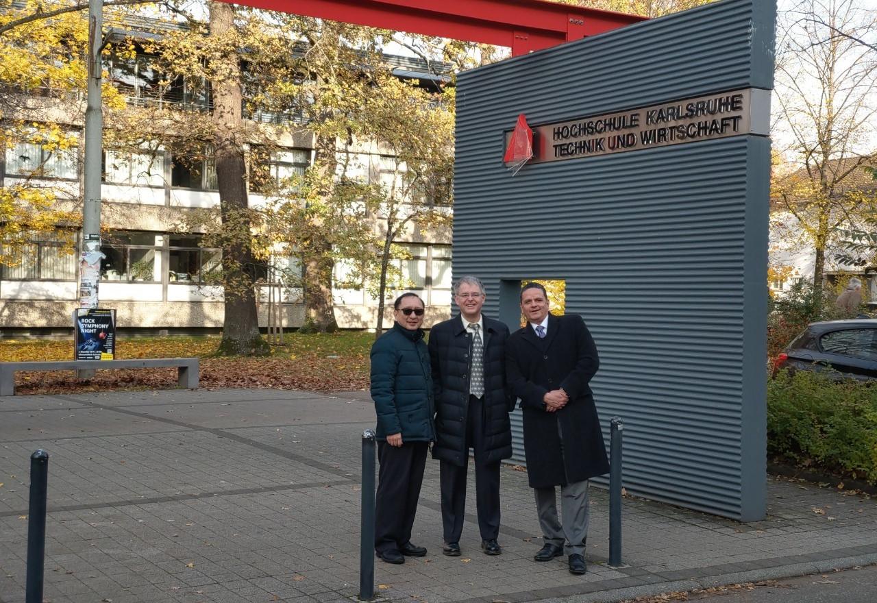 跨洲學程三校主任於三校主任於德國校區HsKA大門合影