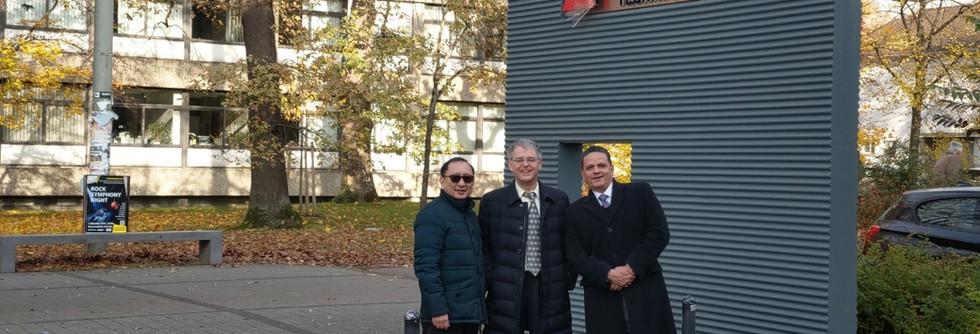 跨洲學程三校主任於三校主任於德國校區HKA大門合影