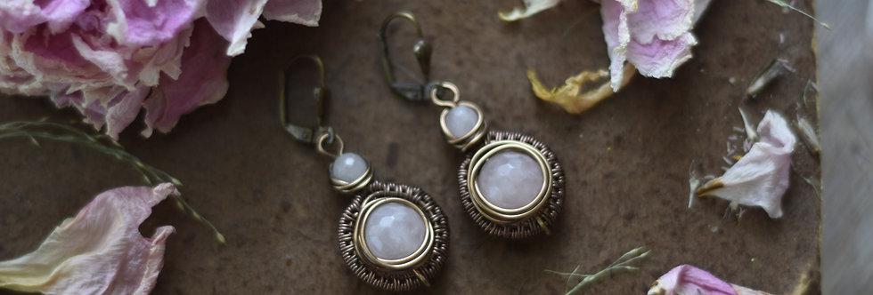 ~Tithen~ Petite Boucles d'oreilles Bronze et perles Quartz rose pale