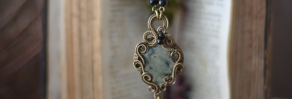 ~Morelle Noire ~ Collier wire bronze en Préhnite