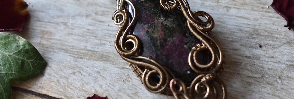 ~Digitale Pourpre ~ Collier wire bronze en Eudialyte