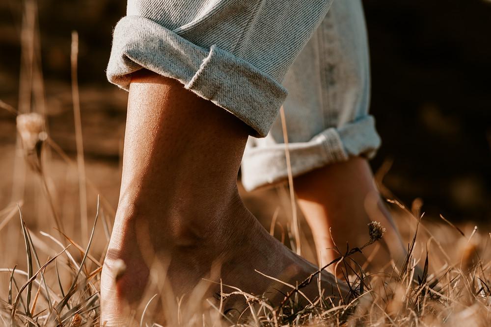 paesaggio autunnale con ragazza che cammina su erba secca di Mark Capomolla