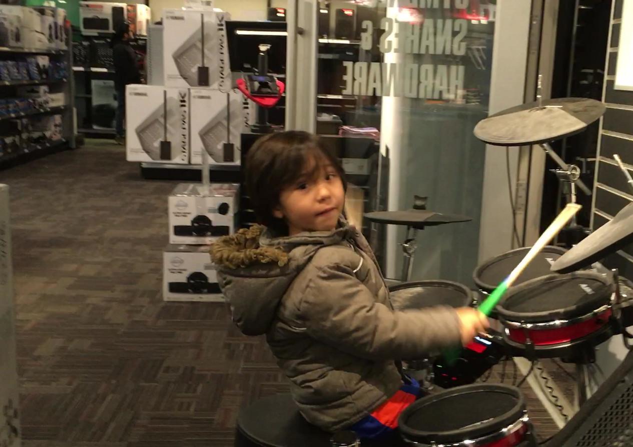 Tocando batería en Guitar Center