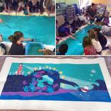 """Atelier banderole """"La vague de la solidarité"""" réalisée avec les enfants des bibliothèques du pays de Chantonnay (85)"""