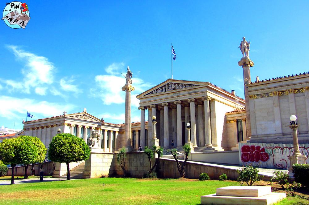 La fachada de la Academia de ciencias, humanidades y arte, Atenas | Un Pin en el Mapa