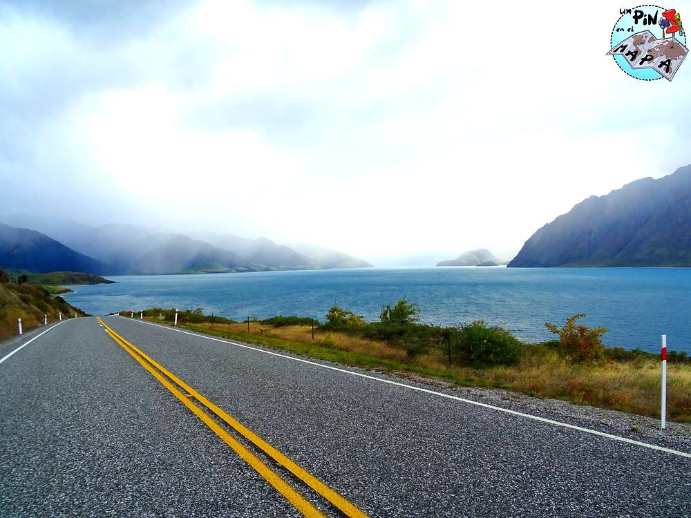 La carretera entre Lake Wanaka y Lake Hawea | Un Pin en el Mapa