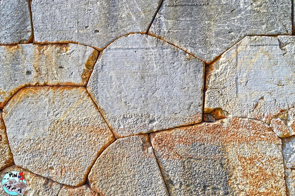 La pared poligonal en Delfos | Un Pin en el Mapa