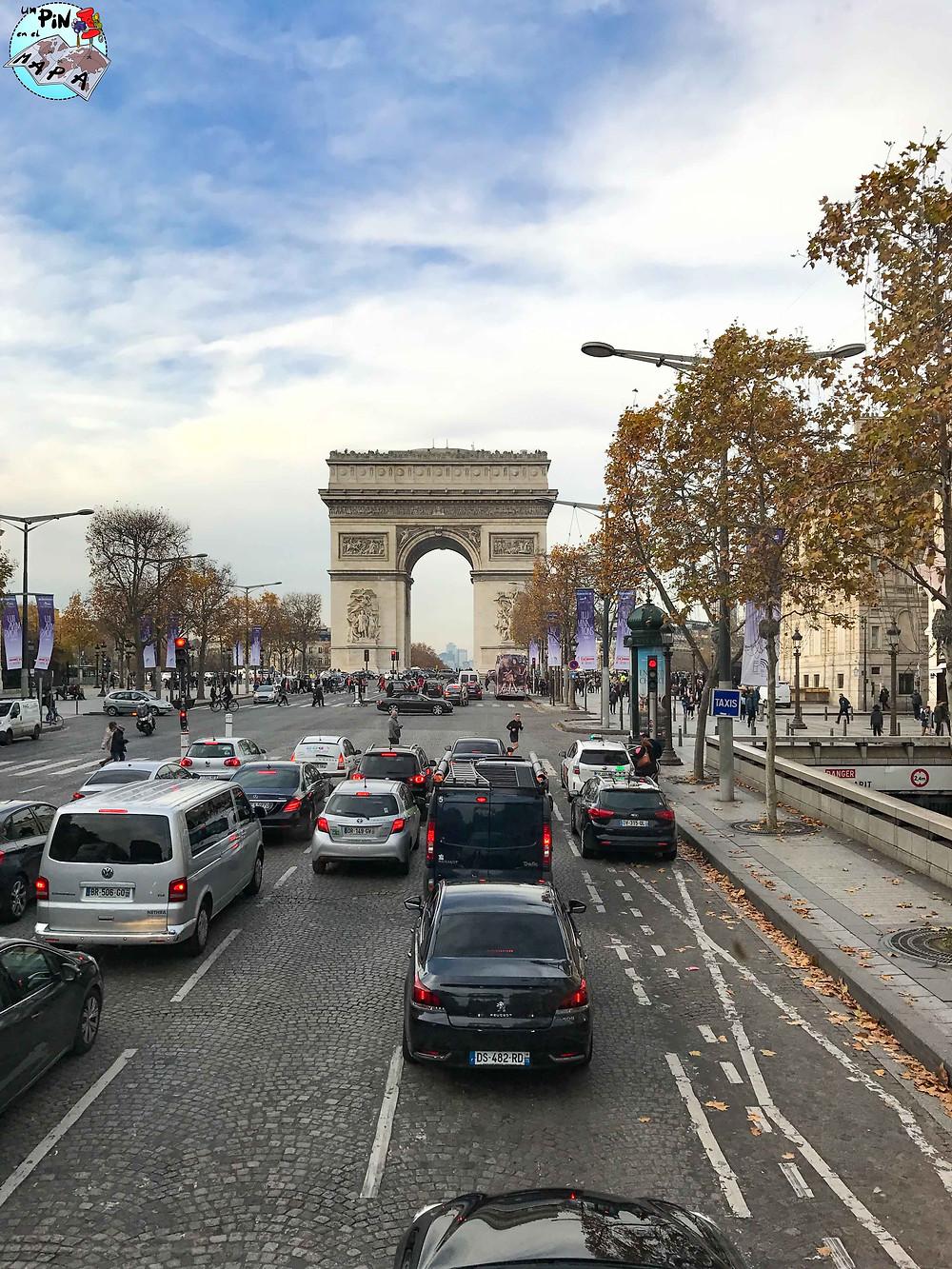 Arco del Triunfo desde el autobús turístico de París | Un Pin en el Mapa