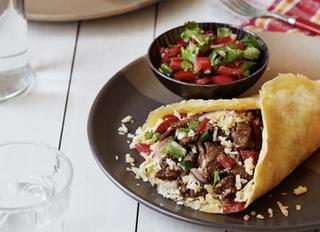 """Кето буррито с говяжьей начинкой и мексиканским соусом """"Пико-де-гальо""""."""