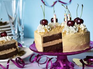 Шоколадный кето торт с арахисовым кремом.
