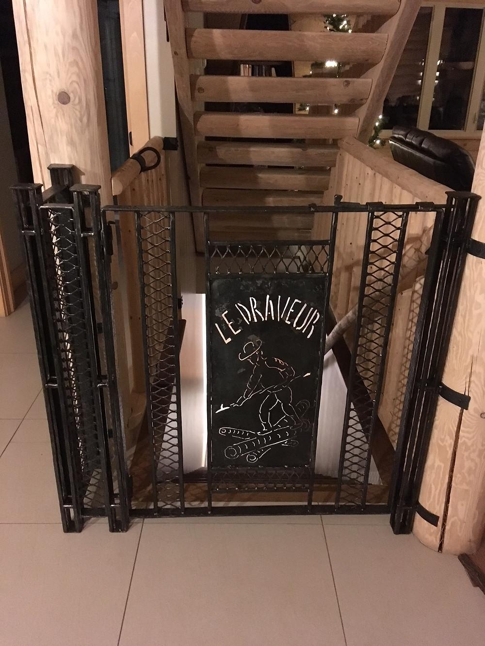 Barrière à fermeture automatique pour protéger contre les chute des enfants dans l'escalier.