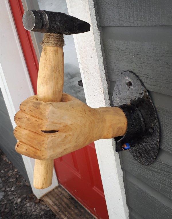 Main sculpté et son marteau