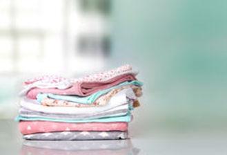 la-ropa-en-colores-pastel-del-bebé-apila