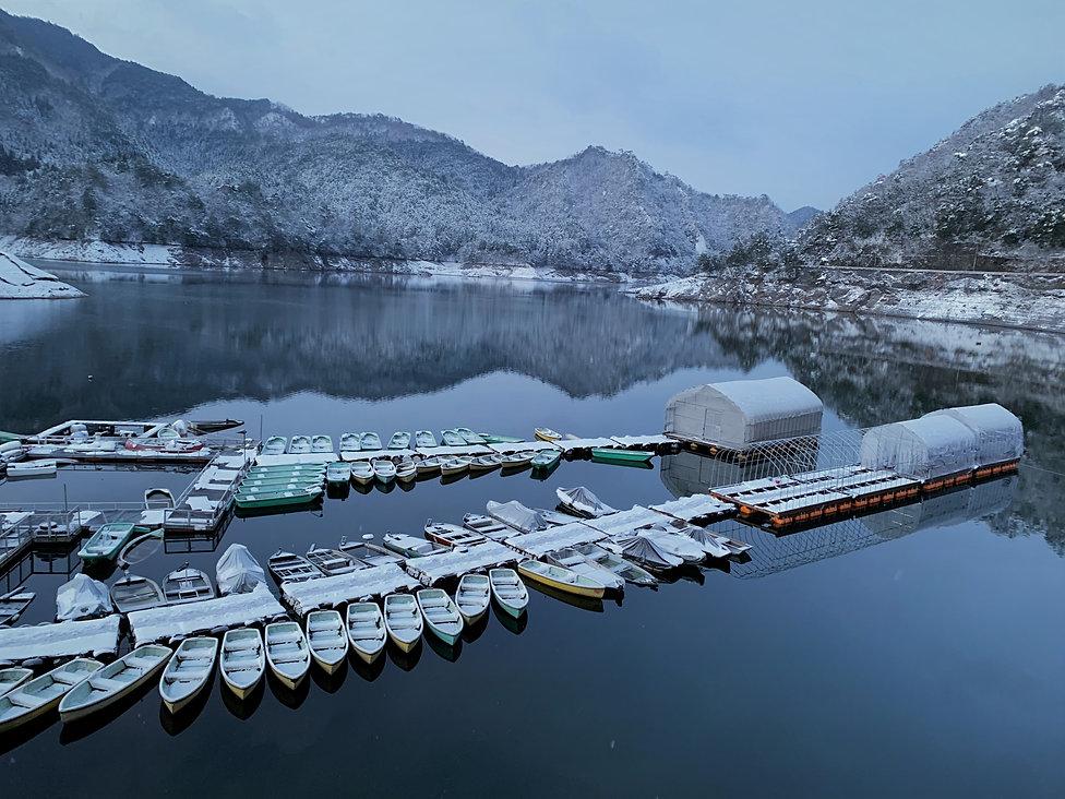 生野銀山湖レンタルボート湖畔 雪.jpg