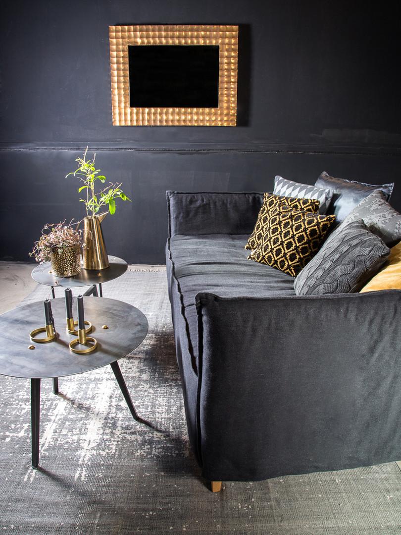 ספה לבושה בשילוב שולחנות מתכת בנגיעות זהב