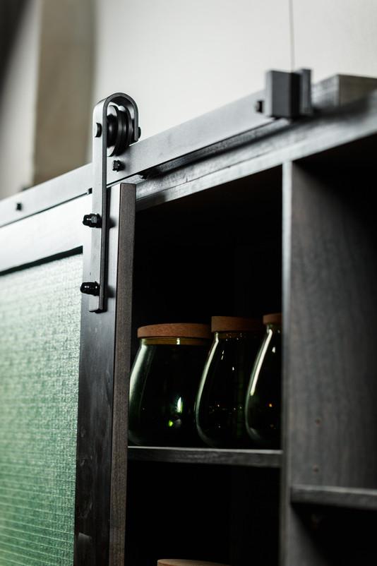 יחידה עליונה למטבח עם דלתות על מסילה תעשייתית