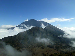 Gipfel Mount Meru in Wolken