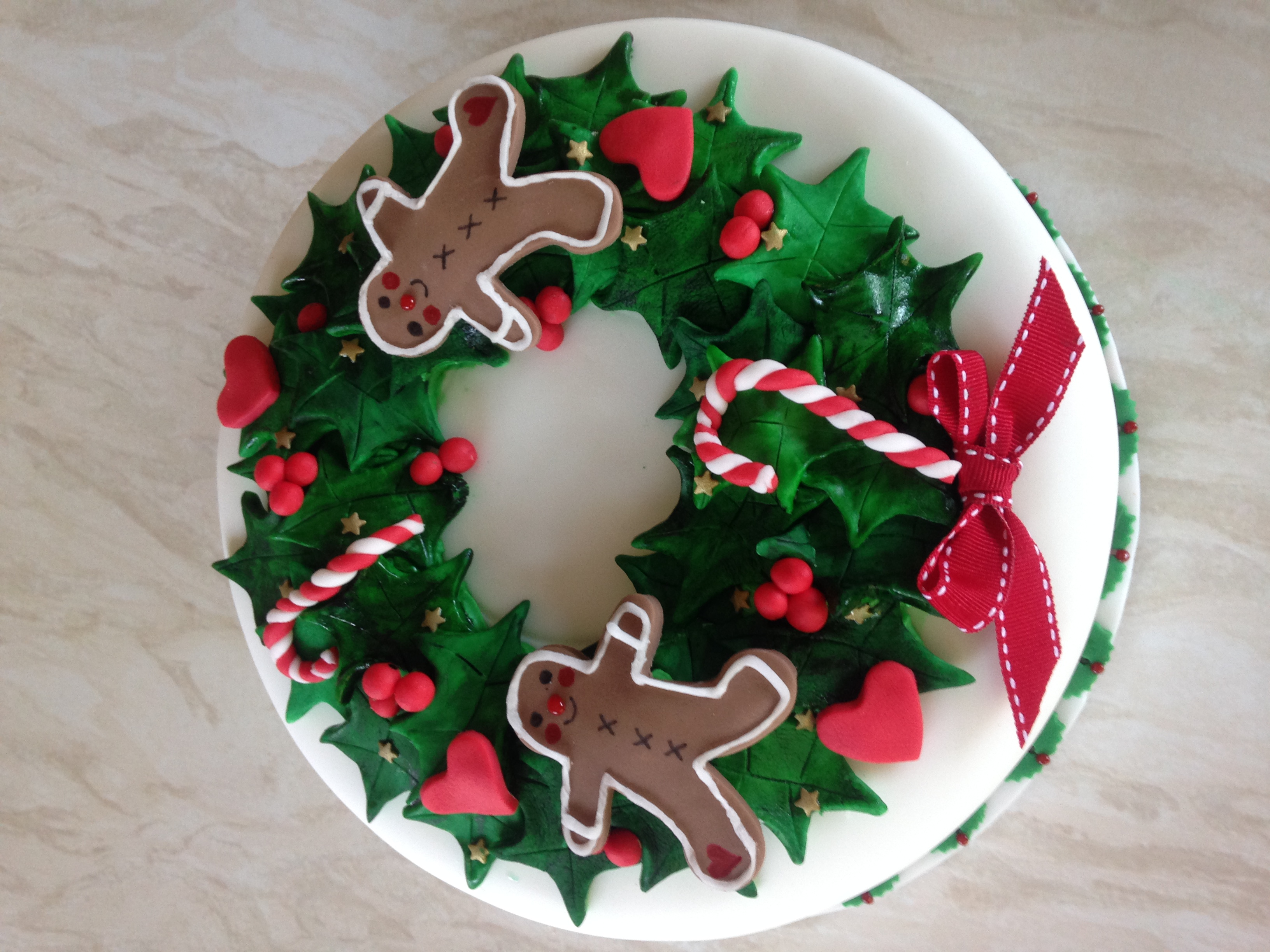 Gingerbread man Christmas wreath cake