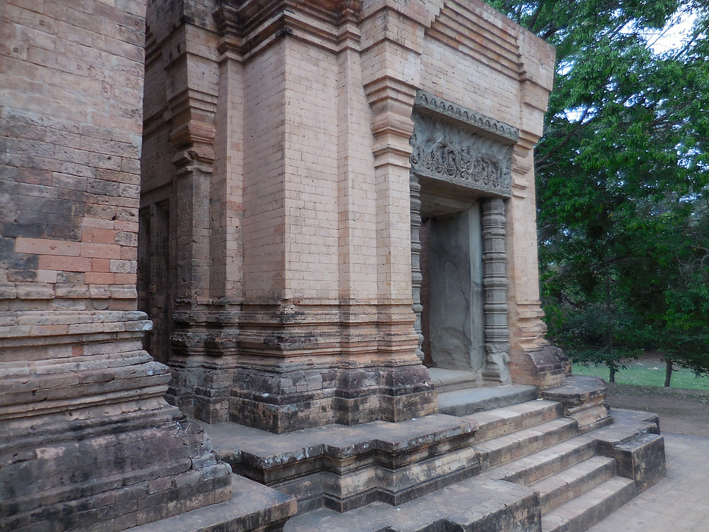 There are five east-facing brick towers at Prasat Kravan