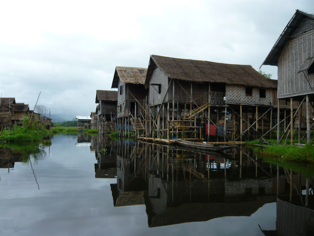The fishermen live in houses built on stilts over the lake