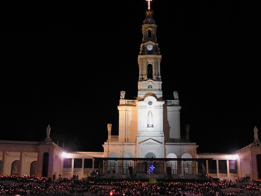 The lighting and the candles bring the courtyard and the Basilica to life in the evening