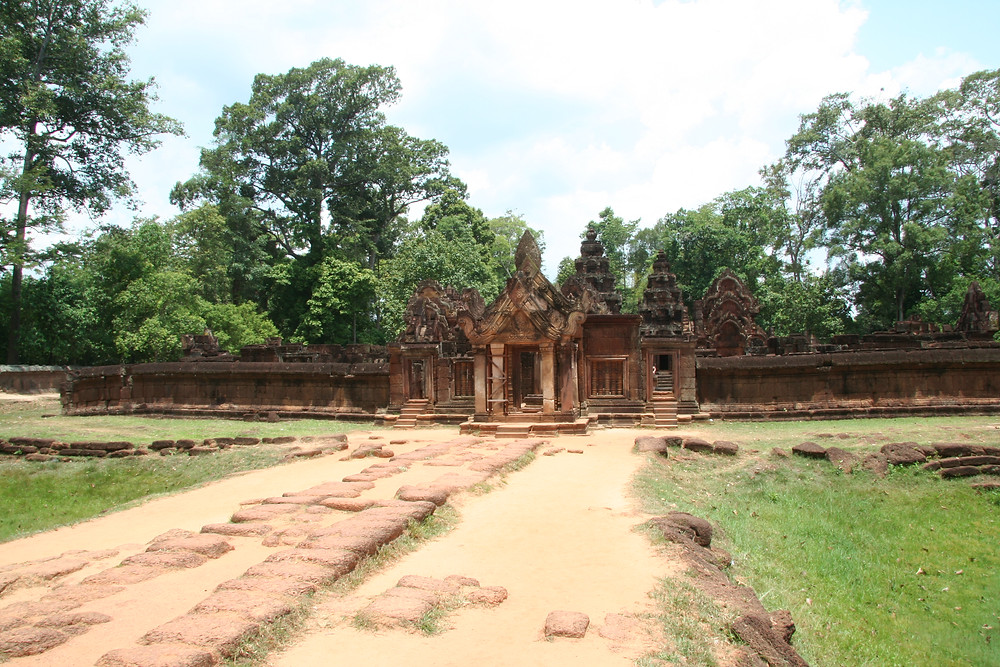 Approaching the entrance to Banteay Srei