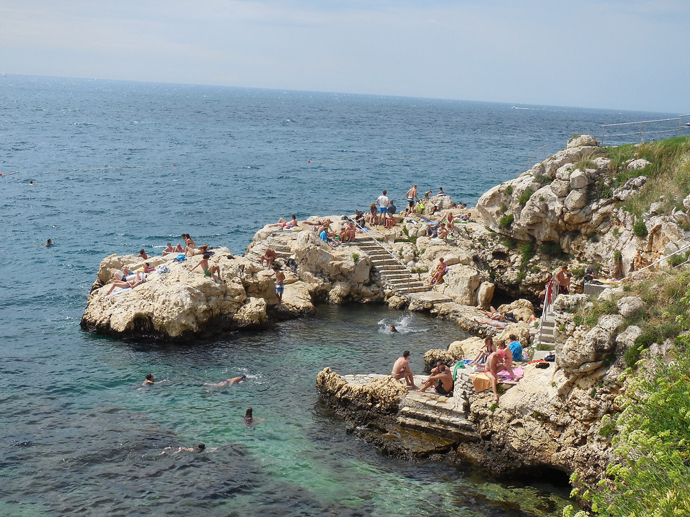 The sunbathing areas in Rovinj are rocky