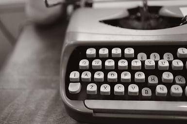 close-up-photo-of-gray-typewriter-952594