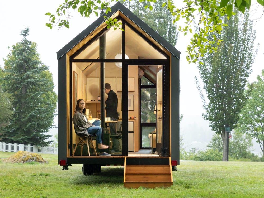 Junges Paar im Woodenfactory Holzhaus