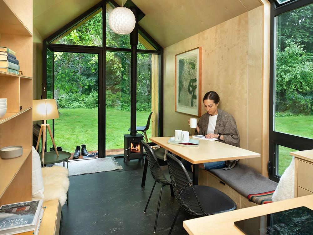 Frau im Woodenfactory Holzhaus
