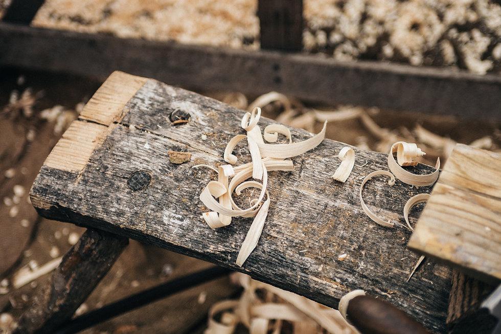 Holzbank mit Holzspäne